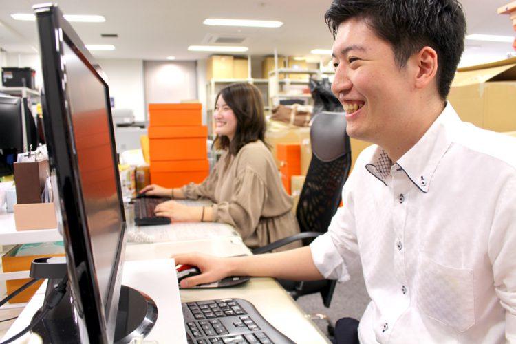 【正社員 ECサイト運営事務(大阪本社)】<br>なんば・心斎橋エリア☆彡プライベートも充実*メリハリある職場で一緒に働きませんか♪